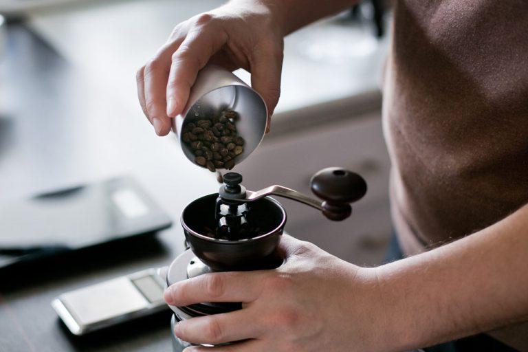 v60 Zubereitung Kaffee in die Mühle