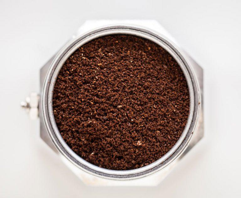 Kaffeepulver in der Bialetti Herdkanne